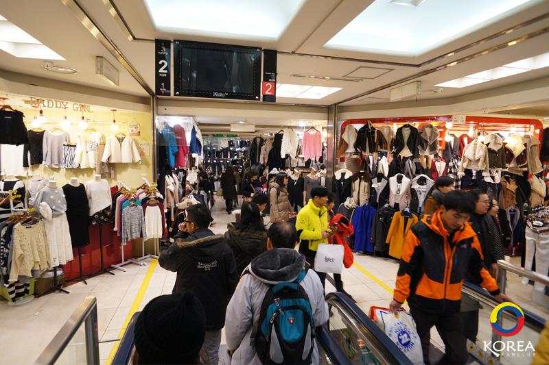 Dongdaemun Market (ตลาดทงแดมุน) แหล่งเสื้อผ้าแฟชั่นชื่อดังของเกาหลี เปิดให้ช๊อปกันถึงตี 5