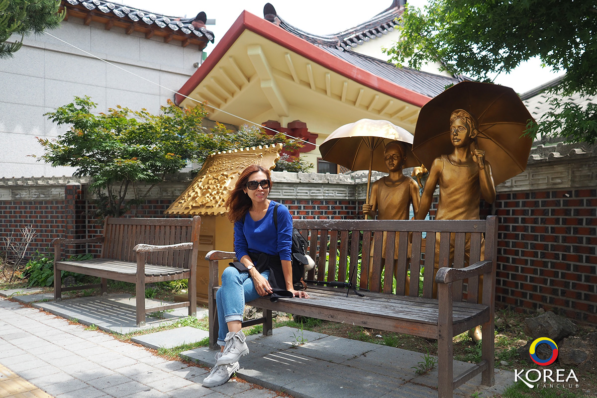 ลุงเด้ง ป้าไก่ Haenggung-dong Mural Village